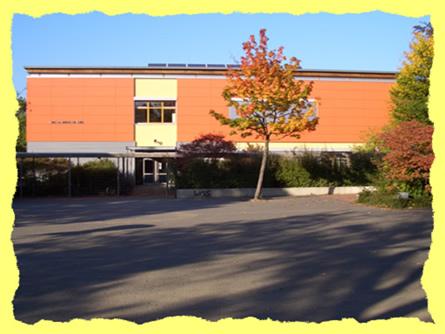 Ansicht des Schulgebäudes vom Schulhof aus